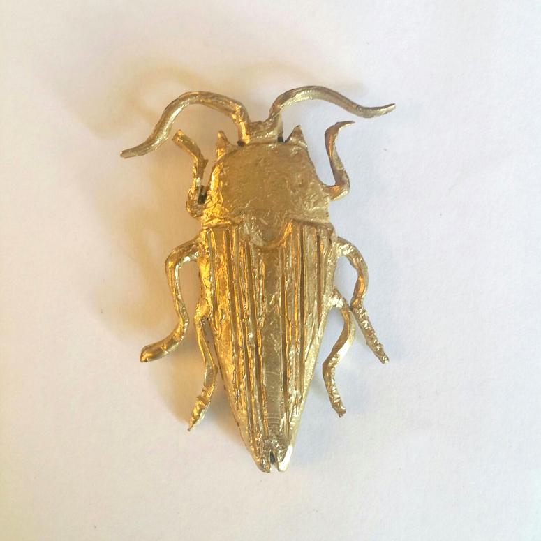 Broche Colgante Escarabajo – Latón